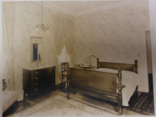 Ten Broeck Mansion man in mirror mystery