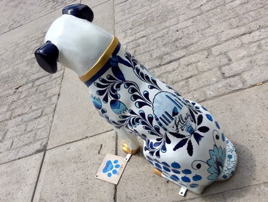 Downtown_is_Pawsome_Een_grote_delft_blauwe_doggo.jpg