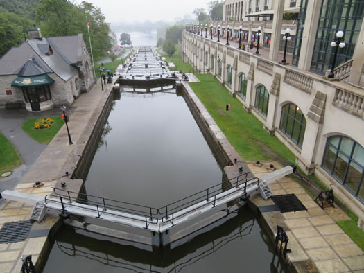 Ottawa_locks_of_rideau_canal.jpg