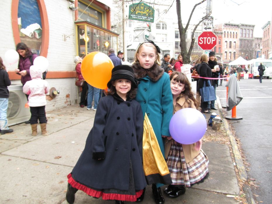 Troy_Victorian_Stroll_2012_little girls