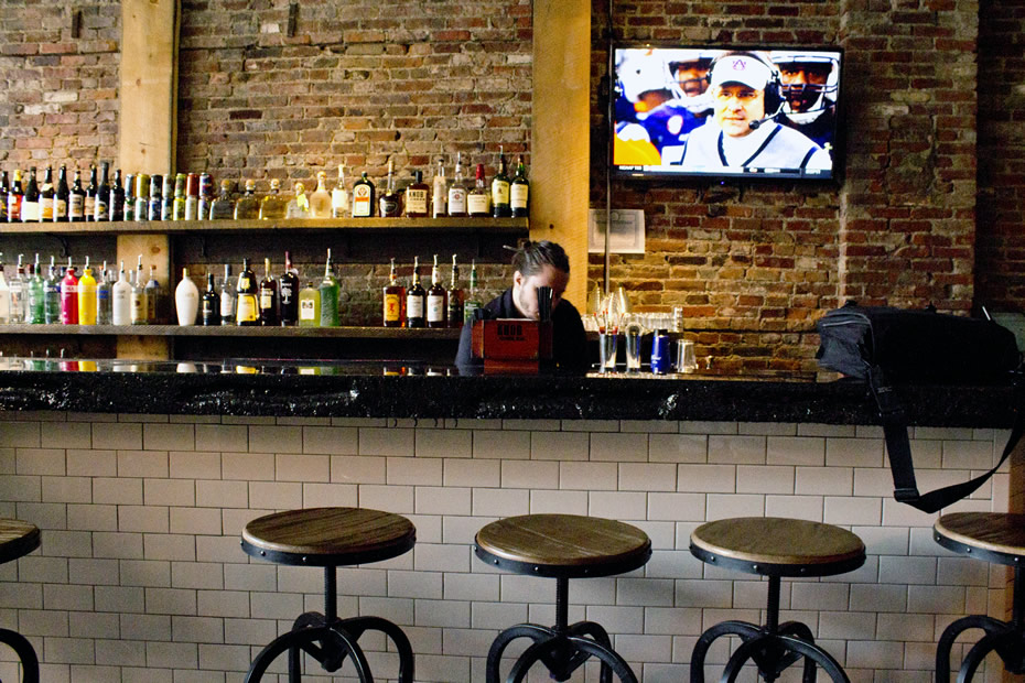 slidin_dirty_restaurant_The_bar.jpg